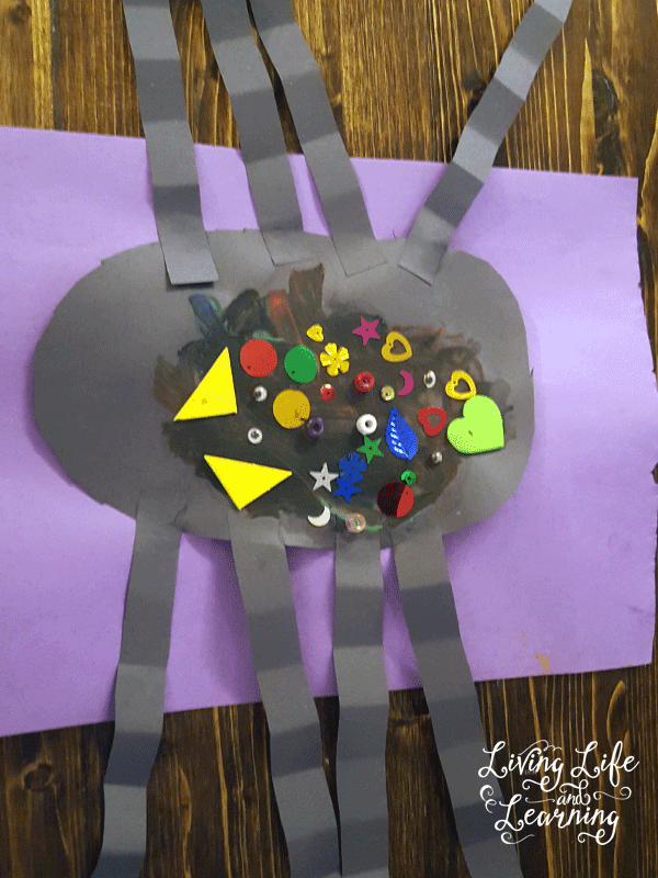 Simple Spider Craft for Preschoolers you have to try, super easy to set up and clean up