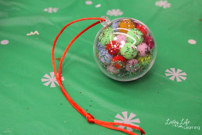 Simple DIY Christmas ornaments for kids that are easy and special. They will make your Christmas tree look amazing!
